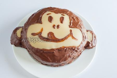 Ну, и 1,5 часа на высыхание. Вот теперь — действительно готово, торт легко отделился от силиконовой подложки и позволил перенести себя на тарелку прямо на руке. Уши благополучно удержались. Дети были довольны и счастливы.