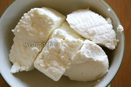 Традиционно для этого пирога используют 2 типа сыра рикотта в равных пропорциях; обыкновенную рикотту из коровьего молока (175 г) и рикотту из молока овцы (175 г). Оба вида сыра просто смешать. За неимением овечьей рикотты можно взять просто обыкновенную рикотту.