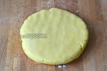 Слегка его расплющить наподобие лепёшки, завернуть в пищевую плёнку и убрать в холодильник минимум на 1 час.