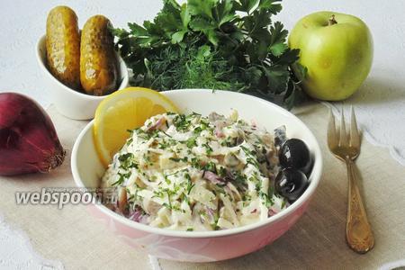 Салат с сельдью, луком и маринованными огурцами