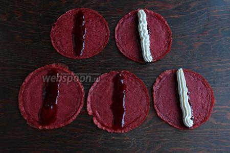 На блинчик выложить (по середине), ложку джема (слегка размазать) и выдавить полоску крема.