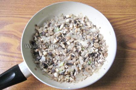 Тушим лук с грибами 7-10 минут.