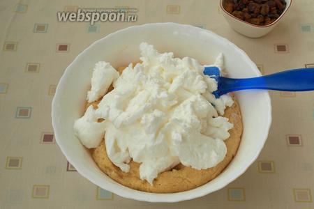 Выложить белки в тесто.
