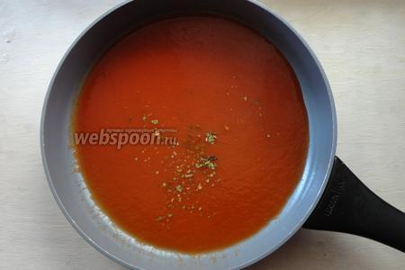 Томатный сок вливаем на сковороду, добавляем специи и соль по желанию.