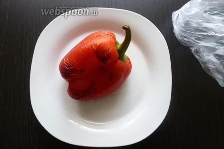 Нам необходимо запечь сладкий перец. Запекаем в духовке на решётке при 180-200°С минут 20-30. Чтобы перец легко почистить от кожицы, завернём его в пакет на 10 минут.