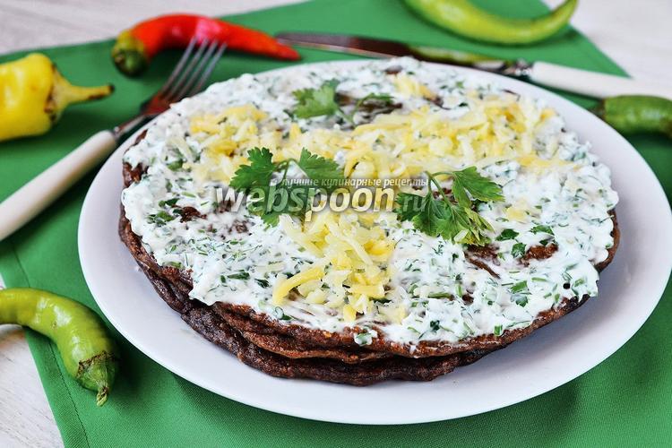 Фото Печёночный торт с кунжутными семечками и зеленью