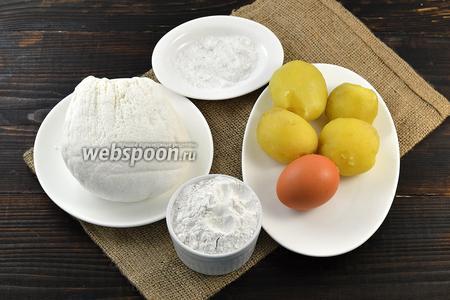 Для приготовления клёцок нам понадобится картофель, отваренный в мундире и очищенный, яйцо, соль, мука, творог.