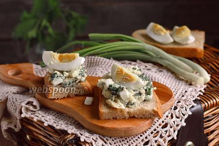 Тосты с салатом из молодой крапивы