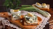 Фото рецепта Тосты с салатом из молодой крапивы