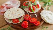 Фото рецепта Лаваш с ветчиной, сыром и рукколой