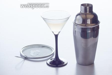 Наливаем дайкири в предварительно охлаждённый бокал, отцедив лёд. У кого нет шейкера со встроенной льдоудерживалкой, конечно же, могут воспользоваться ситечком. Готово!