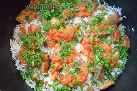 Теперь опять выложить слой риса, а затем слой баклажана. Нашинкуйте зелень. А вот теперь, последний слой — у нас будет томатная поджарка и сверху посыпьте зеленью. Немного посолите.