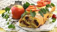 Фото рецепта Быстрый рулет с яблоками и консервированной вишней