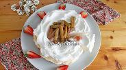 Фото рецепта Десерт «Павлова» с ревенем