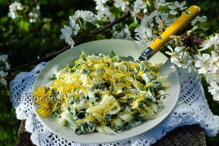 Фото рецепта Салат из одуванчиков с огурцами