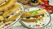 Фото рецепта Сэндвич с козьим творогом, вялеными томатами и оливками