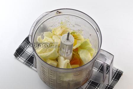 В чаше кухонного комбайна (насадка — металлический нож) выложить крупно порезанную капусту, яйца, молоко, соль.