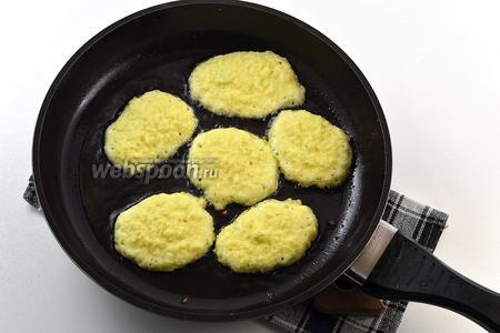 Сковороду хорошо разогреть. Снизить огонь до ниже среднего. Добавить часть подсолнечного масла. На сковороду выкладывать столовой ложкой небольшие оладьи. Обжаривать с обеих сторон до золотистого цвета.