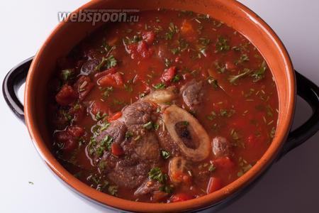 Заливаем винно-бульонно-томатной смесью овощи, мясо ставим в духовку, предварительно разогретую до 175°С. Оссобуко должно провести в духовке 2-3 часа, и каждые 30 минут нужно будет поливать мясо жидкостью и следить, чтобы оно не пересыхало. Не ворочаем шайбы, а то они развалятся, а именно осторожненько поливаем жидкостью.