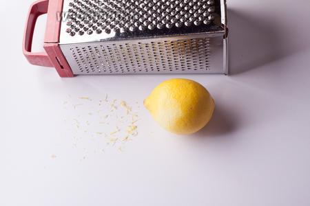 Поближе к концу приготовления оссобуко начинаем заниматься гремолатой. Я предпочитаю её делать с лимоном, тёртым на мелкой (но не самой мелкой) тёрке.