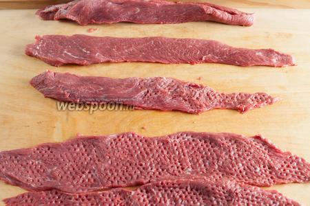 Мясо тщательно очищаем от перепонок и режем на куски толщиной около 1 см вдоль волокон (в любом случае — в длину, куски должны быть узкими, плоскими и длинными). Если в куске перепонка — отхватываем её. У меня получилось 8 полноценных пластов. Мясо сильно отбиваем молотком, стороной с зубчиками. Можно с двух сторон.