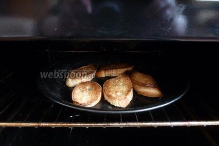 Багет нарежем на кусочки и подсушим с одной стороны под грилем. Верх получается поджаристый, а внутри мякиш остался мягким.