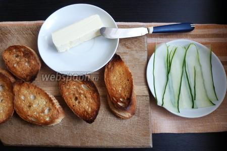 Огурцы нарежем тонкими пластинками. Удобно сделать это овощечисткой.