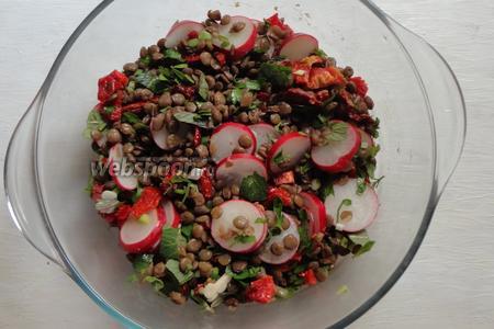Перемешиваем и можно подавать. По желанию в салат можно добавить немного лимонного сока.