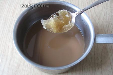 В горячий кофе со сливками вводим желатин и размешиваем до полного растворения.
