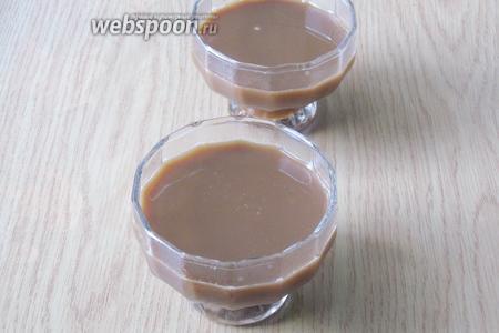Разливаем кофе со сливками и желатином в формочки. Ставим в холод на 2,5-3 часа. Сливки взбиваем с сахаром и украшаем желе. Посыпаем сверху тёртым шоколадом. Можно обойтись и без украшений.