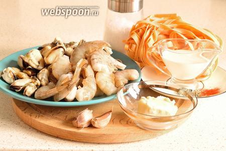 Подготовим продукты. Креветки и мясо мидий нужно заранее разморозить (лучше в холодильнике), любая паста, чеснок, соль, специи, сливки и сливочное масло. Креветки я брала неочищенные, но уже без голов.