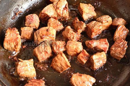 Обжарить мясо на растительном масле минут 7-10.