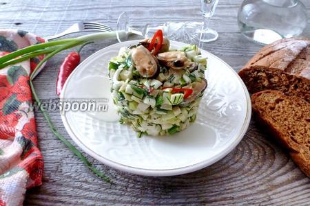 Салат с сельдереем, яблоком и подкопченными мидиями