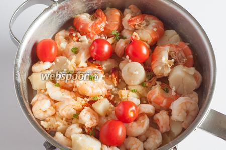 Как только соус после введения последней порции морепродуктов начнёт загустевать, можно ввести приправы — у меня чеснок, помидоры и петрушка. Последнюю минутку обжаривать всё вместе. Сервировать горячим.