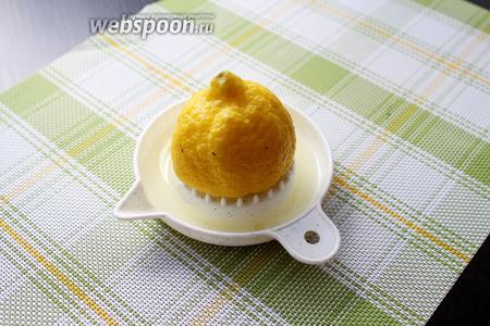Пока наш сырок весит над раковиной, нам надо выжать сок лимона.