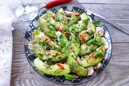 Салат из шампиньонов, авокадо и мяты