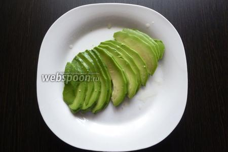 Авокадо очистим, нарежем пластинками и польём лимонным соком, чтоб не потемнел.