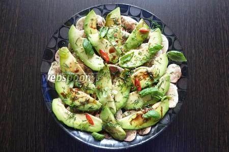 Затем посыпаем мелко нарубленным перцем чили, листиками свежей мяты, польём оливковым маслом и бальзамическим уксусом. Салат готов.