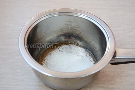 Сахар высыпать в сотейник и растопить на среднем огне до состояния карамели.