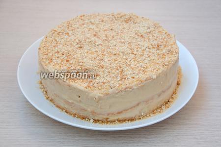 Обмазать верх и бока торта оставшимся кремом и обсыпать сверху пралине. Дать тортику 2-3 часа на пропитку. У меня этого времени не было, пришлось резать практически сразу.