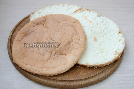 Готовый бисквит необходимо полностью остудить, а затем разрезать на 3 коржа. В идеале готовый бисквит должен часов 12 постоять, прежде чем его можно будет резать, но у меня этого времени не было, уж сильно все жаждали сладкого.