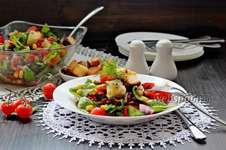 Салат с красной фасолью и чесночными крутонами