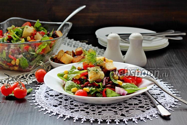 Фото Салат с красной фасолью и чесночными крутонами