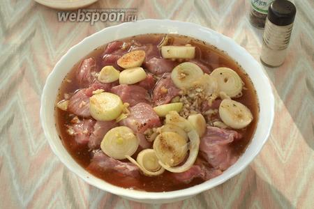 Залить мясо маринадом, затянуть миску плёнкой и мариновать не менее 3 часов. У меня мариновалось ночь.