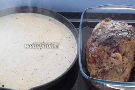 Вынимаем мясо, убираем в сторону. Заливаем 1 ложкой молокa обжаренную биту и хорошо соскребём деревянной лопаткой дно, перемешаем, закипятим.