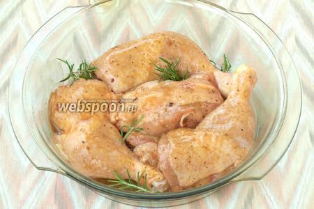 Выложить части курицы в форму. Остатки маринада вылить сверху. Между курицей выложить свежий розмарин.
