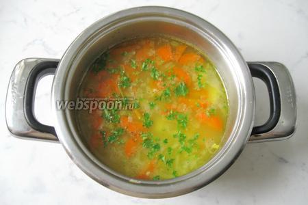 Варить уху до готовности овощей и пшена. На это потребуется 20-25 минут. Добавить в уху нарезанную зелень укропа или петрушки. Подавать суп с кусочком отварной рыбы. Украсить по вкусу. Я добавила маслины.