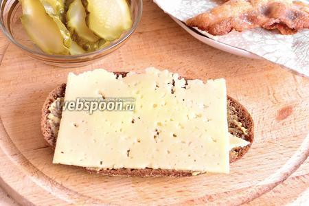 Сверху на хлеб положить ломтик сыра.