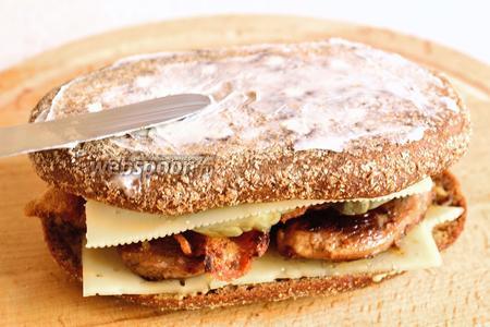 Сверху накрыть ещё 1 ломтиком сыра и кусочком хлеба. 2 кусочка хлеба (верхний и нижний) смазать сливочным маслом. Поставить сэндвич в разогретую до 220°С духовку на 6 минут, чтобы сыр расплавился. Если жарите на сковороде, то нужно обжарить сэндвич с двух сторон.