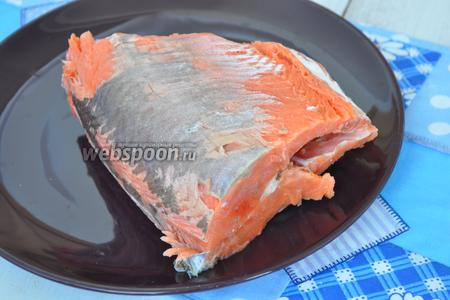 Рыбу разморозим и удалим с рыбы шкуру и срежем кости.